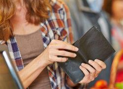 Damen Portemonnaie: Weniger Bargeld und mehr Karten im Geldbeutel